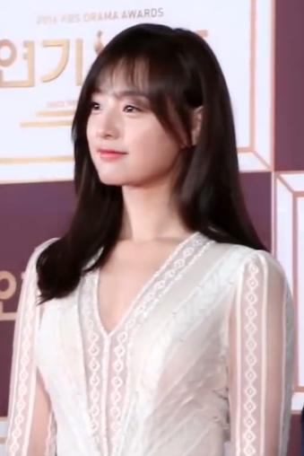 Kim_Ji-won_at_KBS_Drama_Awards,_December_2016