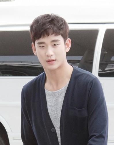 Kim_Soo-hyun_at_Incheon_Airport,_30_May_2014_02